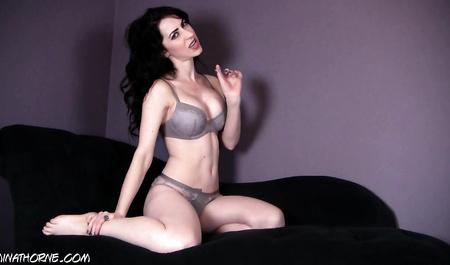 Кудрявая брюнетка показывает красивое тело перед веб-камерой