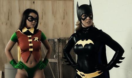 Красивые лесбиянки играют в героев и трахают друг друга