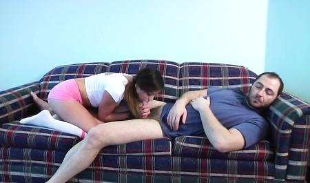 Стройная брюнетка сосет большой член спящего супруга