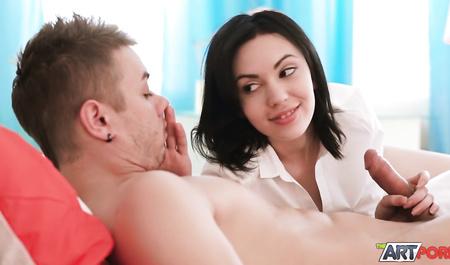 Первый секс скромного парня с очаровательной брюнеткой у нее в гостях
