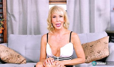 Зрелая блондинка Erica Lauren сосет член молодого парня