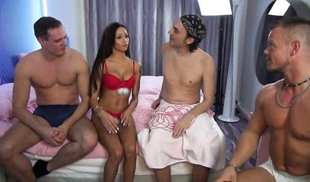 Стройная немецкая домохозяйка жестко трахается со знакомыми парнями в групповом сексе
