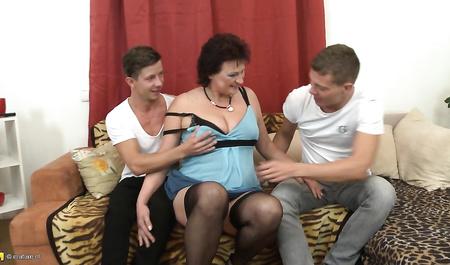 Два студента трахают толстую зрелую тетку в групповом сексе