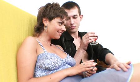 Три хохла жестко шпилят во все дырки шикарную русскую даму с красивой грудью
