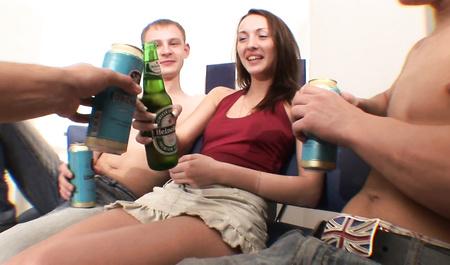 Пьяные парни из Рязани трахают симпатичную подружку в групповом сексе