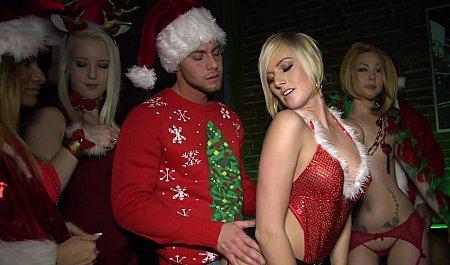 Телки в новогодних костюмах и их симпатичный дружок устроили дикую оргию на вечеринке