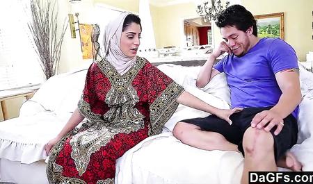Пухлый парень жестко трахает большим членом свежую арабскую девушку