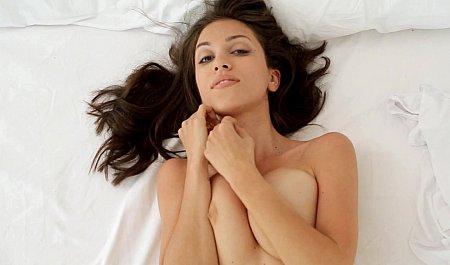 Свежая юная киска показывает зажигательное соло на широкой кровати