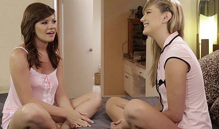 Блондинка соблазняет пухлую подругу на бурный лесбийский секс