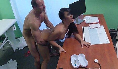 Врач дрючит раком стройную брюнетку в рабочем кабинете