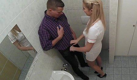 Высокая медсестра сосет член и трахается с пациентом в больничном туалете