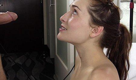 Русская девушка впервые делает минет 6