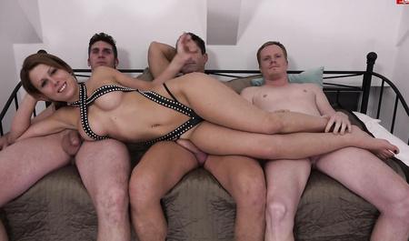 Три веселых свингера из Эссена весело дрючат чужую жену в зажигательной групповушке