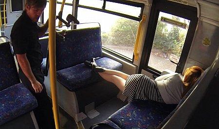 Водитель автобуса трахает уснувшую в салоне девушку