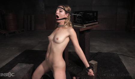 Блондинистую Mona Wales связывает и жестко трахает в рот симпатичный мужик