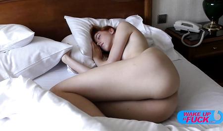 Спящая женушка утром получает дикий секс от двух парней