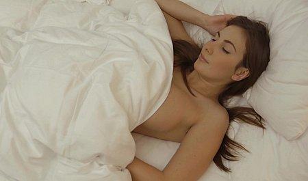 Грудастая телка дрочит бритую шмоньку во сне