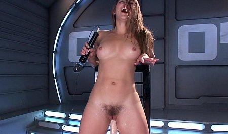 Шикарная телка мастурбирует шмоньку вибратором и дрючится с секс-машиной