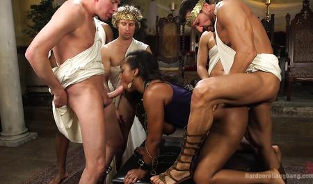 Бешеная групповуха с негритянкой во времена Юлия Цезаря