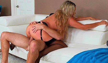 Матюрка в черных чулках получает оргазм в позиции женщина сверху