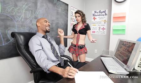 Задорная студентка балуется с негром ролевыми играми после занятий