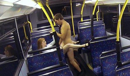 Горячий секс молодой парочки в ночном автобусе