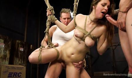 Групповой секс и бурные эротические забавы пьяных мужиков с молодой шлюшкой