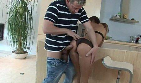 Худая студентка встречает друга горячим трахом на кухне