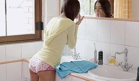 Молодая шлюшка любуется в зеркало на свое стройное тело