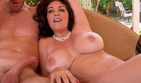 Матюрка с большой грудью занимается сексом с молодым парнем на свежем воздухе