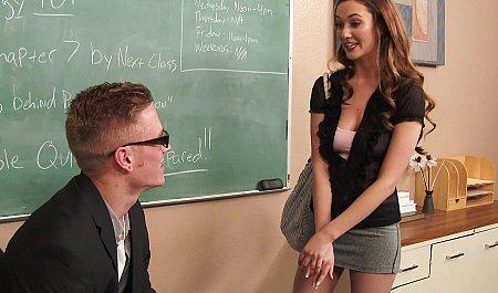 Молодой преподаватель трахает симпатичную студентку в пустой аудитории