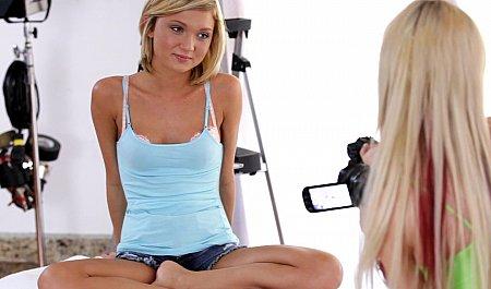 Блондинка снимает на видео голую смазливую подружку