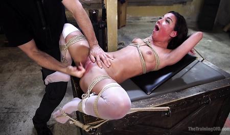 Два мужика в подвале издеваются над связанной телкой