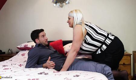 Пожилая блонда зазывает в гости мужика и трахается с ним