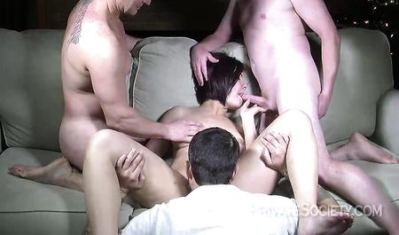 Красавица Шейла шарахается с тремя мужиками в групповухе
