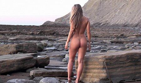 Голая нудистка поутру развлекается на берегу океана