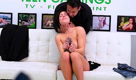 Жестко пропер смазливую брюнетку на эротическом кастинге