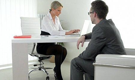 Бурный офисный роман с жестким сексом на рабочем столе