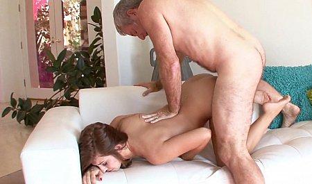 Зрелый мужик кончает на лицо рыженькой подружки