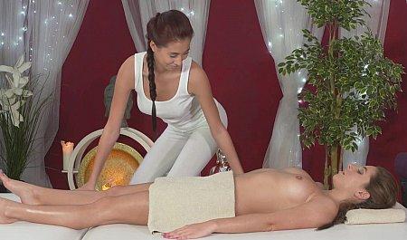 Горячий массаж от чувственной молоденькой лесбиянки