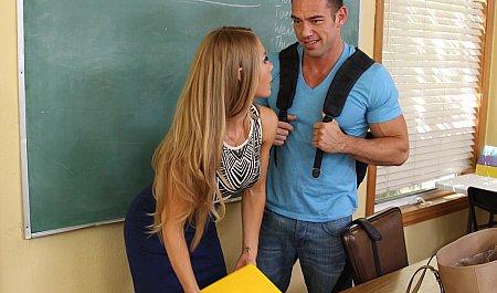 Задержался после уроков и оттрахал стройную преподавательницу