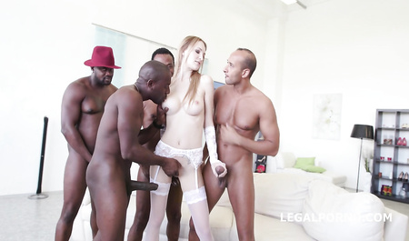 Негры большими членами дрючат хрупкую блондинку в бурной оргии