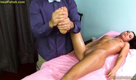 Сексуальные забавы массажиста с молоденькой пациенткой