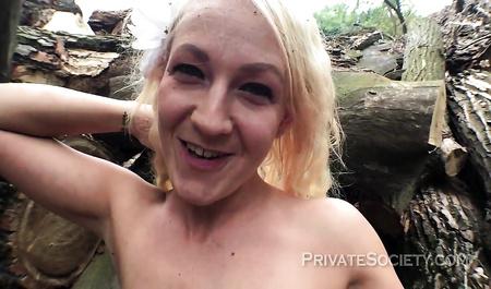Симпатичная блондинка трахается в лесу с канадским лесорубом