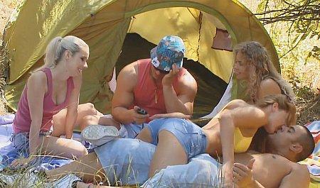 Студенты грязно трахаются во время секс-игр на пикнике